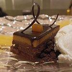 Trata Sacher con maracuyá y helado de nata
