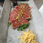 Tataki de Atún. Prodcuto de la mas alta calidad y cocinado perfectamente. Para mi es un clásico