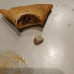 piedra encontrada dentro de samosa vegetal