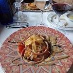 Ensalada de ventresca con tomate y aros de cebolla y vinagreta francesa