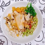 Ceviche de setas en salsa nikkei, boniato asado, edamame, algas, maíz blanco y chips de yuca.