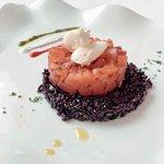 Tartare di salmone marinata al limone e zenzero con riso venere e formaggio fresco