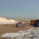 Safari dans le désert noir et blanc, camping sous la lune