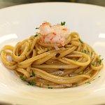 Linguina all'aglio rosso fermentato di Sulmona, bisque di gamberi e scampo crudo