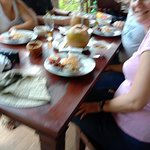 menikmati kuliner khas Bali ala warung Samboga Besikalung
