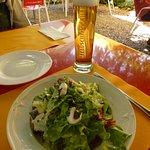 Gemischter Salat und eine Stange Bier!