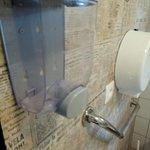 distributeur de savon et distributeur de papier toilette vides !