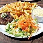 Bøf med bernaise, salat og fritter.