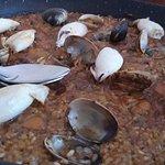 Exquisito arroz de calamares y almejas.