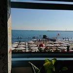 Вид из ресторана на пляж.