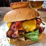 Burger med bra kjøtt sikkert laget på stedet.