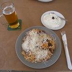 Αρνάκι ψητό με γιουβέτσι, χειροποίητο τζατζίκι και παγωμένη βαρελίσια μπύρα.