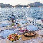 Denize en yakın masalarda lezzetli yemeker...