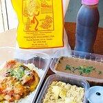Almoço Delivery, com Frango assado ao molho de laranja, feijão carioquinha, farofa crocante, aco