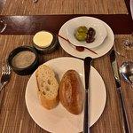 餐前麵包及開胃小點,附奶油及豬肉醬