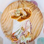 Cook-a-Wrap: Rellenos con guiso caribeño de heura en coco, queso fundido y ensalada de zanahoria