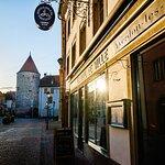 Devanture de l'établissement, au cœur du centre-ville historique d'Yverdon-les-Bains