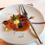 Amuse Bouche Gegrillte Wassermelone mit Curry-Ziegenkäse und einem Sirup