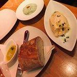 Frisches Baguette mit Thymianbutter, Aioli Dip, Schafskäsecreme mit leicht säuerlicher Note. Nur