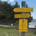 Le Camping Café Restaurant des Sirènes est Derrière Le Grillage du Parking du Départ de Randonné