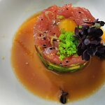Tuna Tatar (Super Sashimi Thunfisch / Avocado / Wachtelei / Sesam / Ponzu)