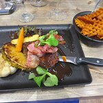 Barbecued chicken with grid potatoes
