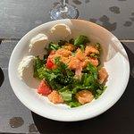 Mojo GastroBar: Салат с подкопченным лососем
