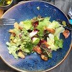 Beaucoup de salade verte ( goût des salades en sachet) et des croûtons. En revanche, très peu de