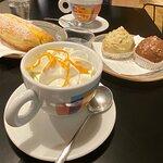 """Un cappuccino, un caffè con panna e buccia d'arancia, due """"Tette delle monache"""" (pistacchio e ci"""