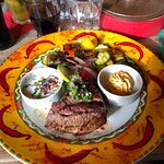 Rindsfilet auf den Punkt gebraten und schön garniert mit Salat ......