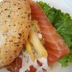 Laksesandwich, med alt for meget brød til en tynd skive laks!