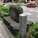 道路沿いにある記念碑