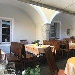 Tische im Arkaden-Innenhof