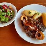 Leber mit Kartoffeln und Salat