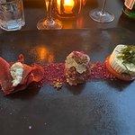 Auswahl von Rindertartar mit Trüffel , Bresaola mit einer Cremefüllung und einem gerauchten Weic