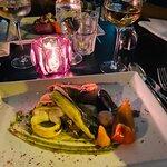 Gegrillter Fisch mit Garnele und Oktopus mit Gemüse