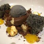 Chocolate, yuzu y sésamo negro.