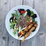 Raketen Salat - Wildkräutersalat mit unserem Kokos-Limetten-Dressing und Hühnersate Spießchen