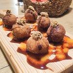Croquetex - Croquetes de alheira, cachaço, morcela com sweet chilli e molho de mostarda em grãos