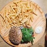 SIMPLEX VIRTUS - Pão Brioche, molho da casa, 180g de carne de costela, cebola caramelizada em ce