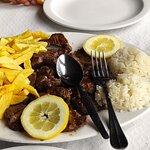 Prato do dia! Carne de novilho grelhada com molho de manteiga e alho, umas pedrinhas de sal bata