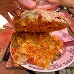Bocadillo de tortilla de pisto al pesto de Taberna de Caaveiro