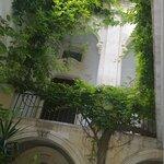 """""""Corte"""" settecentesca scoperta, da cui si accede alle sale interne (la foto mostra la balconata"""