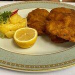 Das legendäre Schnitzel mit lauwarmem Kartoffelsalat mit Gurken