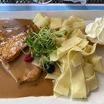 'Bunderspitz' (Schweinsschnitzel mit Rahmsauce, breiten Nudeln und Früchtegarnitur)