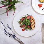 Стейк-салат с томатами и сыром пармезан