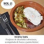 Crujiente de alcachofas valencianas, acompañada de huevo y jamón ibérico.