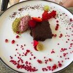 Csokoládés brownie epermousse-szal, kevésnek néz ki, de valójában nagyon laktató és az igazi bro