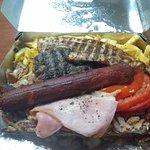 Ποικιλία με γύρο χοιρινό, 1 κεμπάπ, 1 μπιφτέκι, 1 λουκάνικο, μπέικον & μορταδέλα. Συνοδεύεται απ