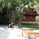 เรือนไทยที่โอบล้อม บึงบัวขนาดใหญ่ นี้ จะเป็น โรงแรมที่พัก ท่าน สามารถมาใช้บริการพักได้ ครับ